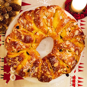 A baked saffron wreath on a large plate