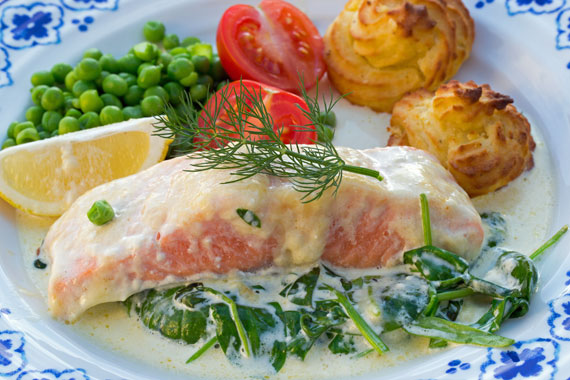 Salmon with spinach, cream and Västerbotten cheese